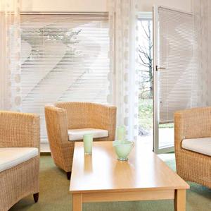 perforierte jalousien als sichtschutz und leichter sonnenschutz. Black Bedroom Furniture Sets. Home Design Ideas